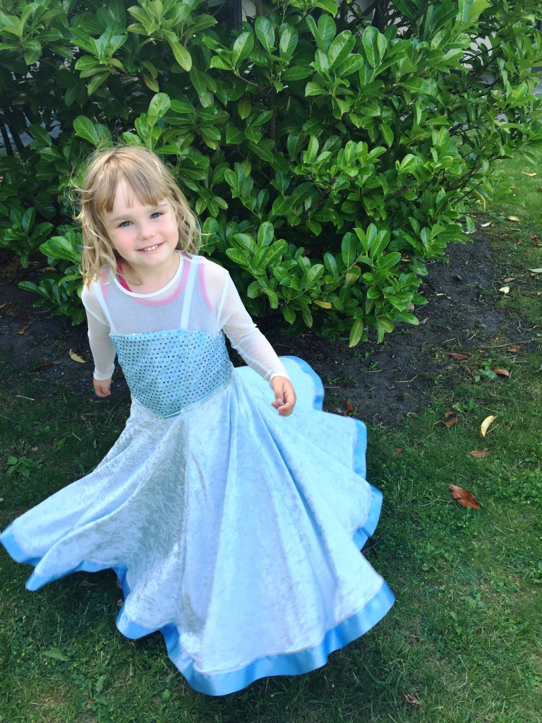 2016 juni 26 fra Susan og Dennis Athea Frozen kjole 12